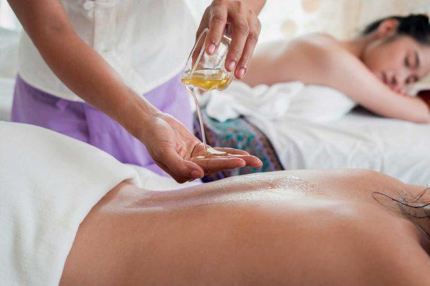 Massaggio con olio a Villa Campestri Olive Oil Resort