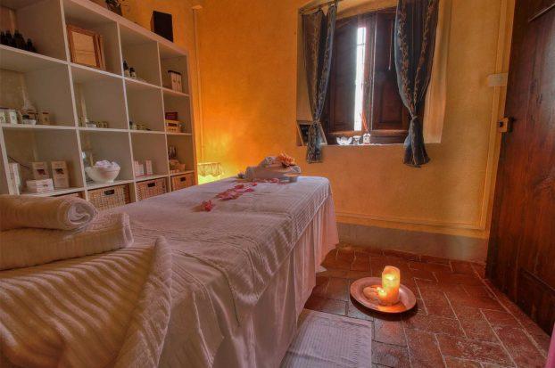 Massaggio con olio extravergine di oliva a Villa Campestri Olive Oil Resort
